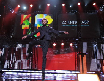 Ведущий Григорий Добрыгин танцует на церемонии закрытия XXII кинофестиваля «Кинотавр 2011». Фото РИА Новости