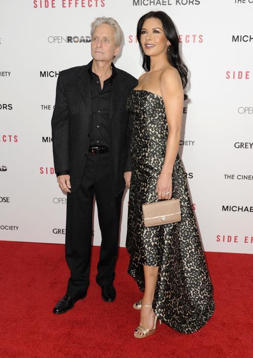 Майкл Дуглас и Кэтрин Зета-Джонс на премьере фильма «Побочный эффект» в Нью-Йорке, 31 января 2013 года. Фото: Dave Kotinsky / Getty Images
