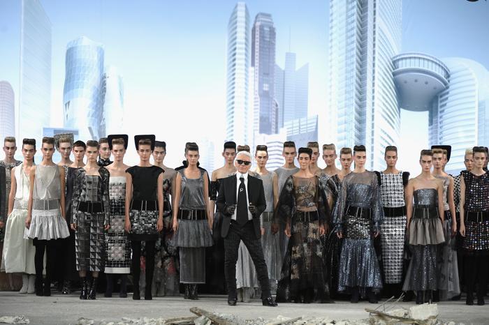 Карл Лагерфельд представил новую коллекцию Chanel сезона осень-зима 2013/2014 на Неделе высокой моды в Париже. Фото: Pascal Le Segretain/Getty Images
