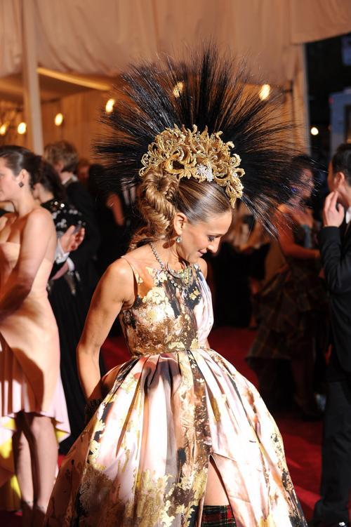 Наряд Сары Джессики Паркер на балу Института костюма. Фото: Dimitrios Kambouris/Getty Images