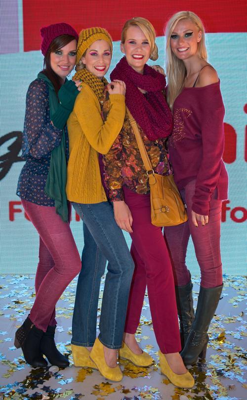 Актрисы Катарина Гаст, актриса Тина Бордихн, Моника Иванкан и Мириам представили новую коллекцию немецкого бренда Ernstings Family в Мюнхене 10 июля 2013 года. Фото: Joerg Koch/Getty Images