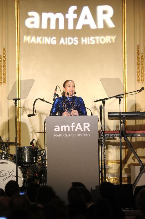 Дженнифер Лопес получила гуманитарную премию amfAR. Фото: Michael Loccisano/Getty Images