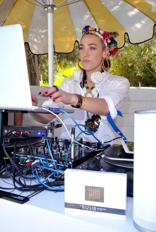 Диджей Мия Моретти на фестивале Coachella. Фото: John Sciulli / Getty Images for Harper `s Bazaar