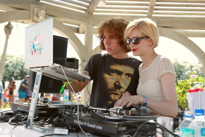 Диджеи Джордан Лоулор и Элли Тейлз на фестивале Coachella. Фото: Joe Scarnici / Getty Images for LACOSTE