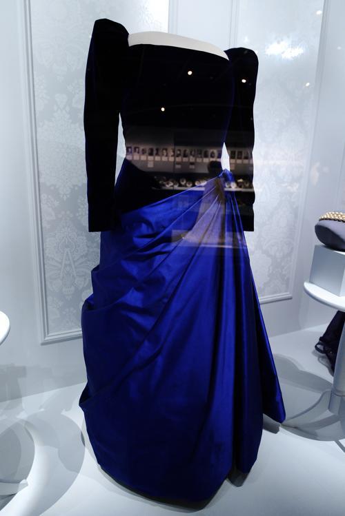 Платье бывшей первой леди Барбары Пирс Буш на выставке в Национальном музее Смитсоновского института американской истории, Вашингтон, 18 ноября 2011 года. Фото: JEWEL SAMAD/AFP/Getty Images