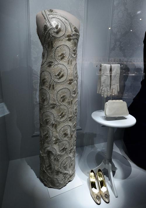 12.Платье бывшей первой леди Нэнси Дэвис Рейган 1981 года на выставке в Национальном музее Смитсоновского института американской истории, Вашингтон, 18 ноября 2011. Фото: JEWEL SAMAD/AFP/Getty Images