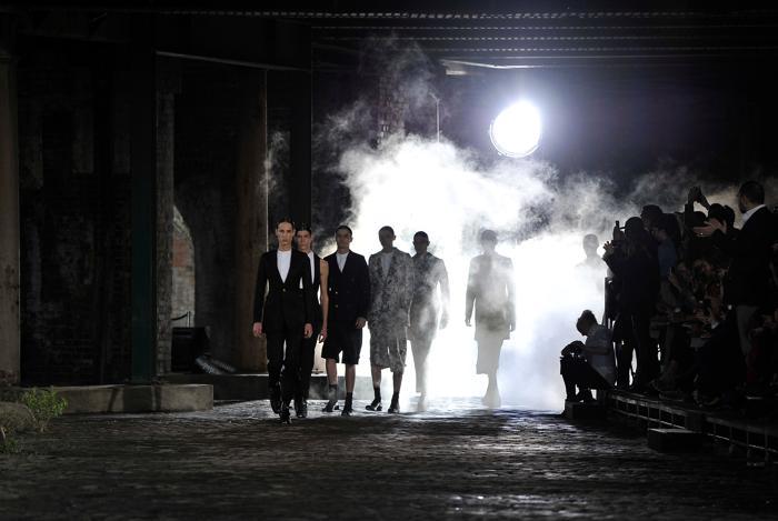 Коллекция Alexander McQueen весна-лето 2014. Фото: Gareth Cattermole/Getty Images
