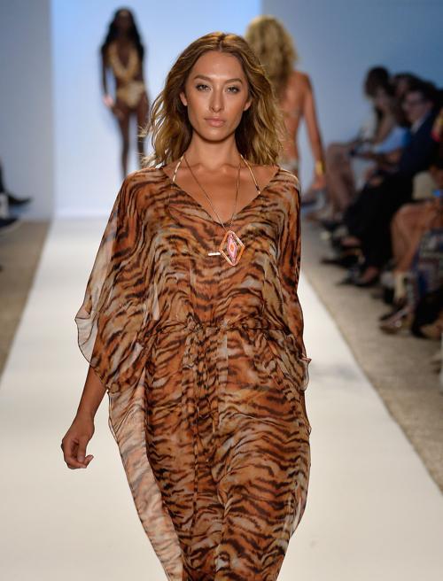 Модные пляжные платья сезона 2013-2014 на Неделе моды от Mercedes-Benz в Майями 20 июля 2013 года. Фото: Frazer Harrison/Getty Images for Mercedes-Benz Fashion Week Swim 2014