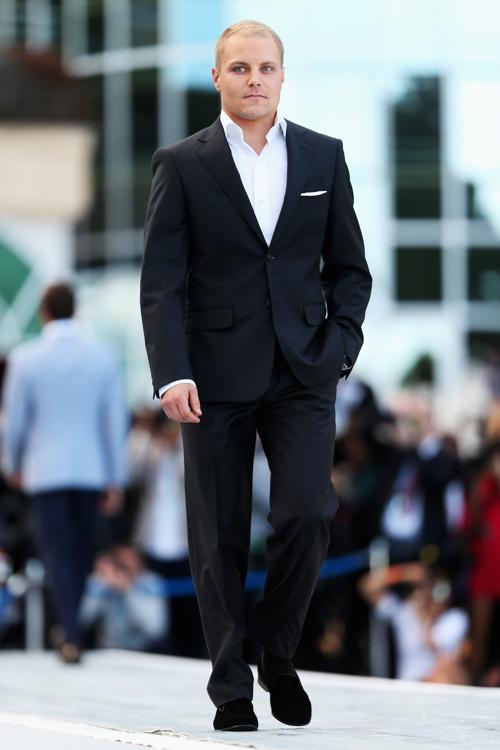 Вальттери Боттас, финский автогонщик, пилот «Уильямса»,  участвует в модном показе Amber Lounge в Монте-Карло. Фото: Mark Thompson/Getty Images