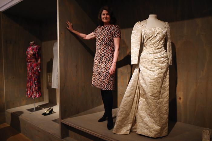 Дизайнер Lady Jill Ritblat  рядом бальным платьем, разработанным Виктором Эдельштейном в Музее дизайна, Лондон, 29 января 2013 года. Фото: Dan Kitwood / Getty Images