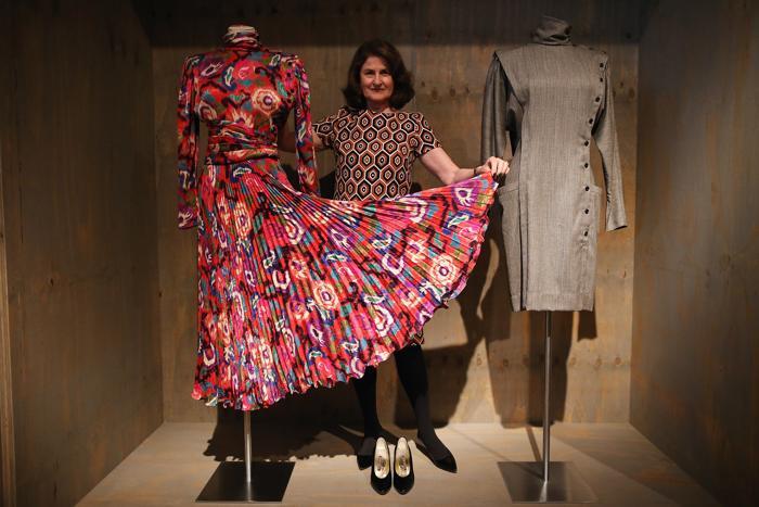 Дизайнер Lady Jill Ritblat  между двумя платьями Emanuel Ungaro в Музее дизайна, Лондон, 29 января 2013 года. Фото: Dan Kitwood / Getty Images