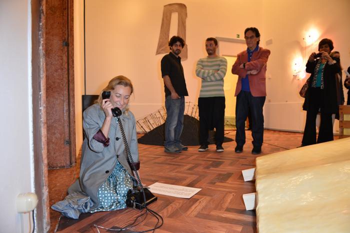 Миучча Прада приняла первый звонок на телефоне выставки Венецианского биеннале. Фото: Tullio M. Puglia/Getty Images for Prada
