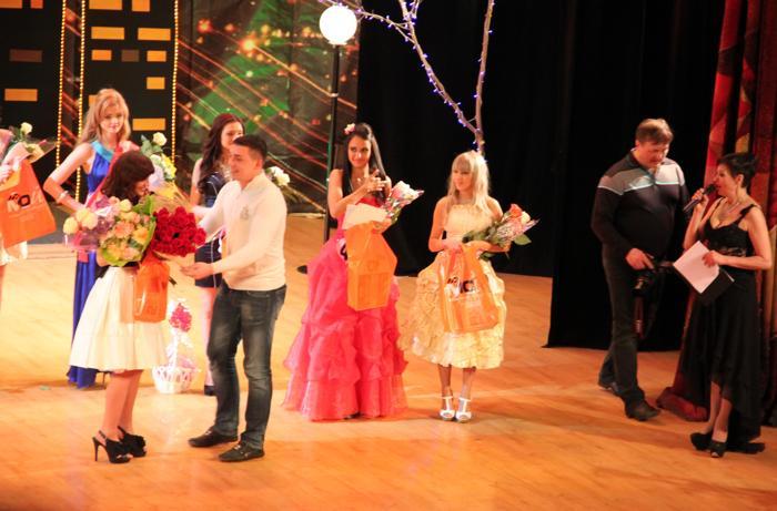 Награждения от спонсоров на конкурсе «Жемчужина Междуреченска-2013». Фото: Мария Загваздина/Великая Эпоха (The Epoch Times)