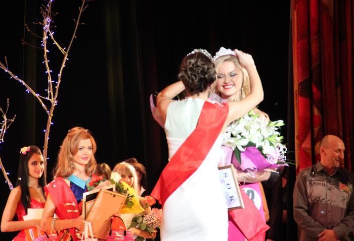 Мисс «Жемчужина Междуреченска-2012» вручила корону победительнице. Фото: Мария Загваздина/Великая Эпоха (The Epoch Times)
