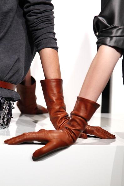 Аксессуары от  St. John на Неделе моды Mercedes Benz 2011, 9 февраля 2011, Нью-Йорк.  Фото: Peter Michael Dills/Getty Images