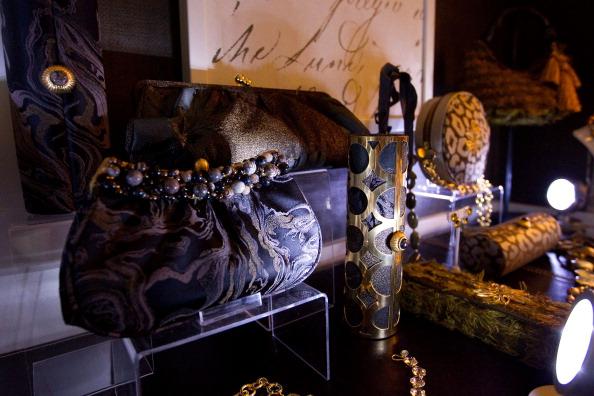 Коллекция драгоценностей и клатчей от Аманды Бротман, 10 февраля 2011,  Нью-Йорк.  Фото: Dario Cantatore/Getty Images