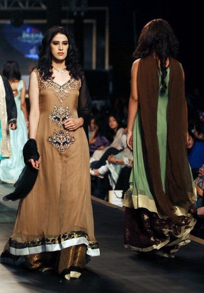 Свадебная коллекция от Ali Xeeshan в Лахоре, Пакистан, 26-27 ноября 2010 год. Фото: Arif Ali/AFP/Getty Images
