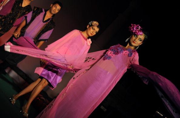Коллекция от Международного Института Дизайна Моды (INIFD) в Силигури, Индия. Фото:  DIPTENDU DUTTA/AFP/Getty Images