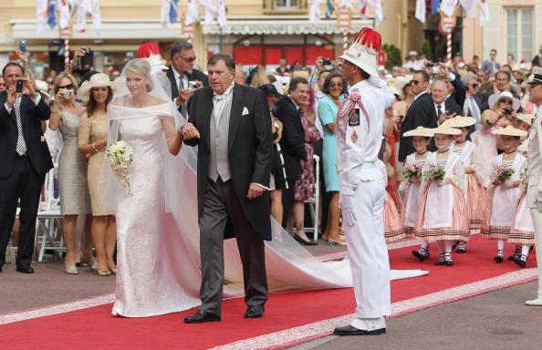 Свадебное платье Шарлин Уитстток. Фото: Sean Gallup, Dan Kitwood /Getty Images