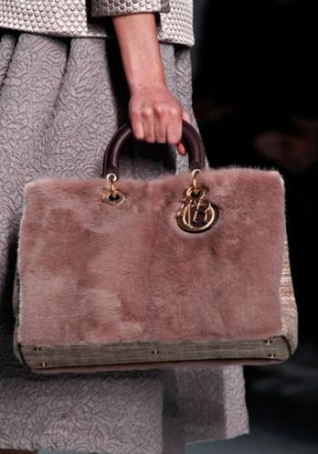 Меховые сумки – модный тренд зимнего сезона 2013. Фото: womens-style.ru