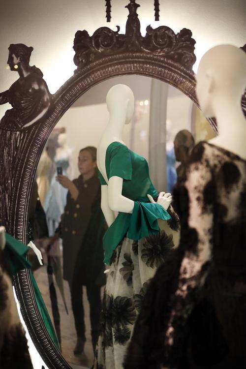 Выставка моды  Ballgowns: British Glamour Since 1950 открывается  в Лондоне. Фоторепортаж. Фото: Peter Macdiarmid/Getty Images