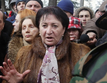 Кандидат в президенты Южной Осетии Алла Джиоева пытается войти в здание Избирательной комиссии республики. Фото РИА Новости