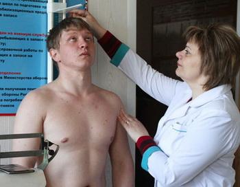 Врач измеряет рост призывника во время медицинской комиссии в период призыва. Фото РИА Новости