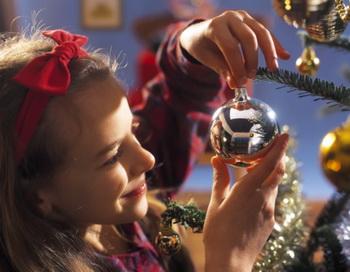 Украшая елочку в своем доме, помните, что не все игрушки безопасны. Фото: Getty Images