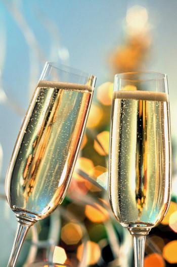 Именно шампанское, этот искрящийся напиток, делает наш стол праздничным и позволяет поверить в чудо.  Фото: Getty Images
