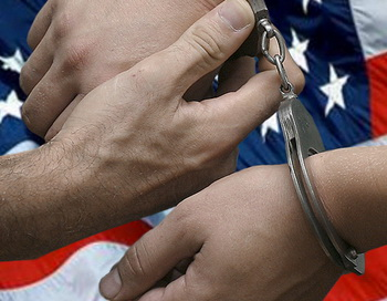 Наручники и американский флаг. Коллаж РИА Новости