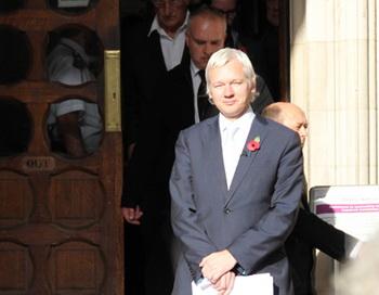 Основатель сайта Wikileaks Джулиан Ассанж у здания Высокого Лондонского суда. Фото РИА Новости