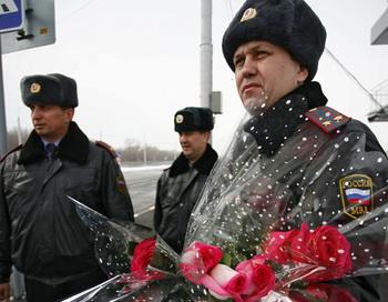 Сотрудники ДПС поздравляют женщин-водителей с Международным женским днем 8 марта. Фото РИА Новости
