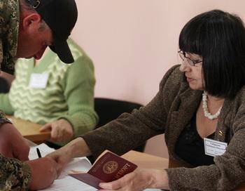 Голосование на выборах президента Южной Осетии на одном из городских избирательных участков. Фото РИА Новости