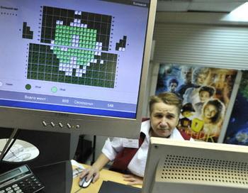 Женщина работает на кассе кинотеатра. Фото РИА Новости