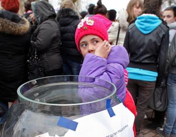 Сбор средств для пострадавшей Елены Сухоруковой во время схода жителей города Гусева. Фото РИА Новости