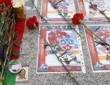 Цветы и свечи в память о погибших хоккеистах ярославского