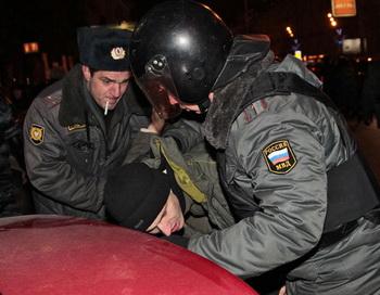 Сотрудники правоохранительных органов задерживают участников митинга протеста на Триумфальной площади. Фото РИА Новости