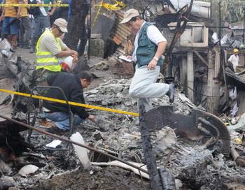 Самолет упал на здание школы в Филиппинах, не менее 14 человек погибло. Фото: JAY DIRECTO/AFP/Getty Images