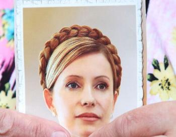 Фотография экс-премьера Юлии Тимошенко в руках её сторонников. Фото РИА Новости