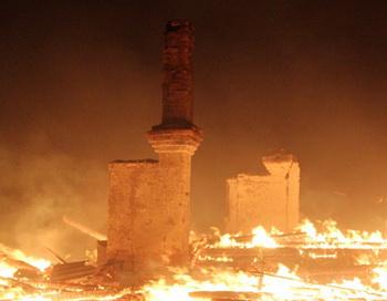 Сгоревший дом в селе Баян-булак (Онон-База) во время степного пала травы в Забайкалье. Фото РИА Новости