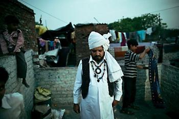 Маг Ишамуддин Хан стоит на крыше в колонии Катпутли в районе Западной Дели. Он один из немногих людей в мире, который может выполнять индийский трюк с веревкой, который считается величайшим магическим трюком в мире. Фото предоставлено Джошуа Коганом