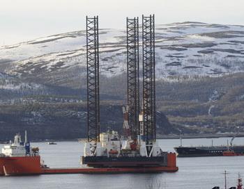 Буровая установка «Кольская» в Кольском заливе на грузовом судне «Трансшельф», на котором она была доставлена в Магадан. Фото РИА Новости