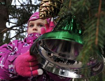 Украшение новогодней ели на Соборной площади Кремля. Фото РИА Новости