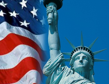 Флаг США и Статуя Свободы. Коллаж РИА Новости