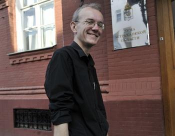 Экс-кандидат в мэры Астрахани Олег Шеин у здания областной думы. Фото РИА Новости