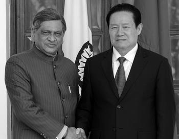 Министр иностранных дел Индии С. М. Кришна (слева) обменивается рукопожатием с Чжоу Юнканом, членом Постоянного комитета Политбюро, занимающим девятую позицию в иерархии лидеров Коммунистической партии Китая, на встрече в Нью-Дели 1 ноября 2010 года. Фото: Prakash Singh/AFP/Getty Images