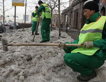 Комплексные мероприятия по благоустройству города после зимнего периода. Фото РИА Новости