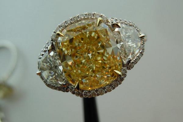 Обручальное кольцо от Lauren. Фото с сайта rockdiamond.com