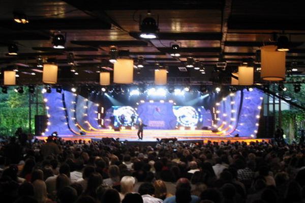Сцена концертного зала «Дзинтари» в Юрмале во время конкурса «Новая волна 2004». Фото с сайта ubs. Lv