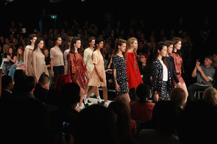 3 сентября, в рамках Недели моды в Новой Зеландии представили новую коллекцию бренда «27 имён» (Twenty Seven Names) на подиуме многоцелевого выставочного центра «Виадук» (Viaduct Events Centre) в Окленде, Новая Зеландия. Фото: Sandra Mu/Getty Images